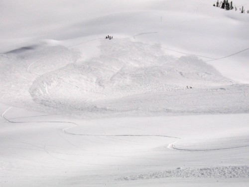 A large avalanche covering some Faith Based Skinning tracks.  It appeared to be safe, but why not give it the benefit of doubt and go a bit wider?