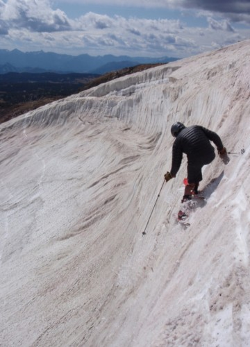 Tom Jungst demostrates some classic steep skiing angulation on his first day of the 2009/10 season.  Nice one Tom!